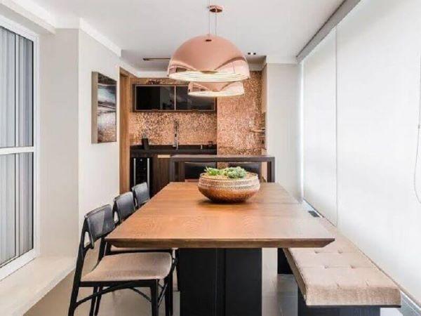 Decoração de área gourmet com móveis de madeira