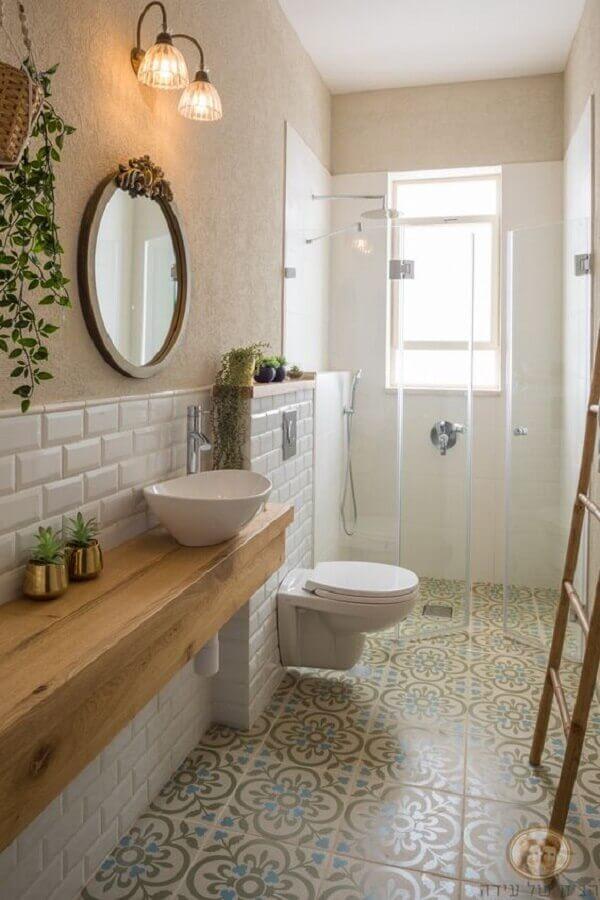 piso antigo para decoração de banheiro simples com bancada de madeira Foto Better Homes and Gardens