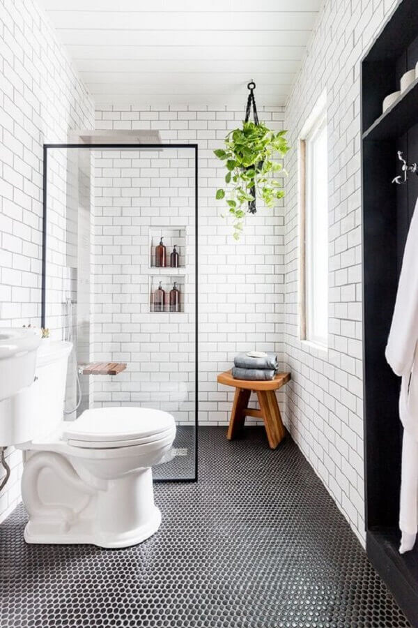 piso preto hexagonal para decoração de banheiro simples Foto Hunker