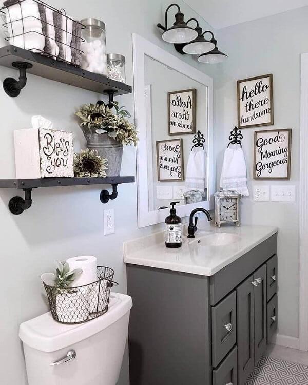 Placas decorativas com frases decoram o banheiro planejado