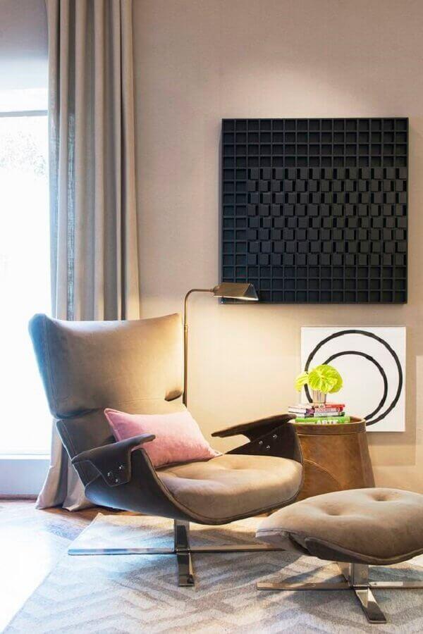 poltrona com puff para leitura em sala decorada em cores neutras Foto Casa de Valentina