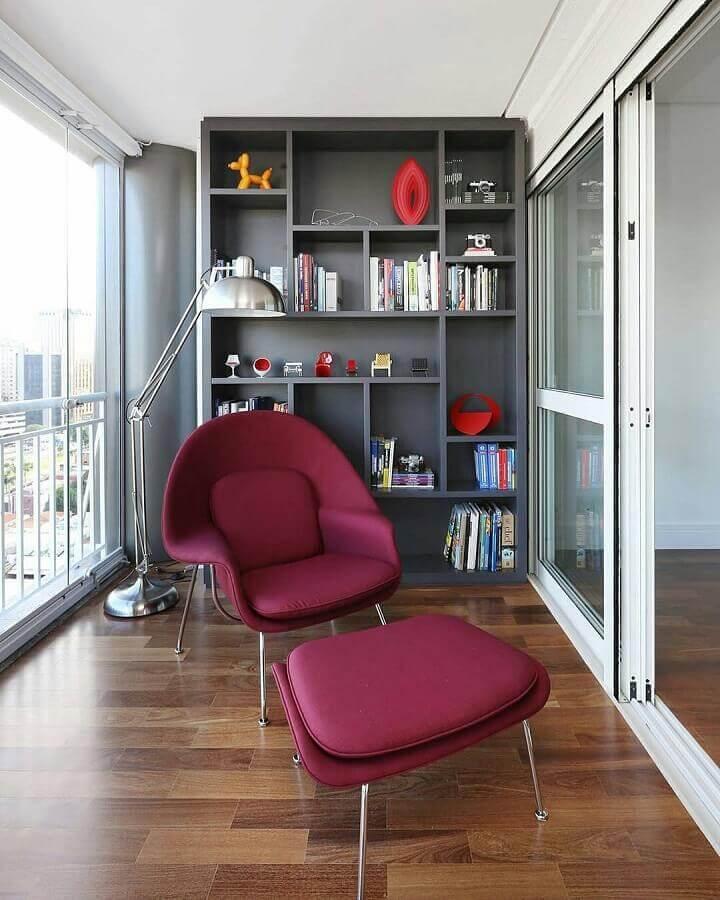 poltrona com puff para leitura em varanda planejada com estante cinza Foto Pinterest