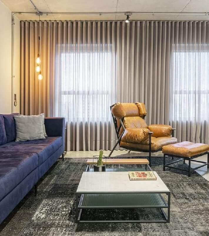 poltrona de couro caramelo para sala decorada com sofá azul e tapete cinza Foto Jeito de Casa