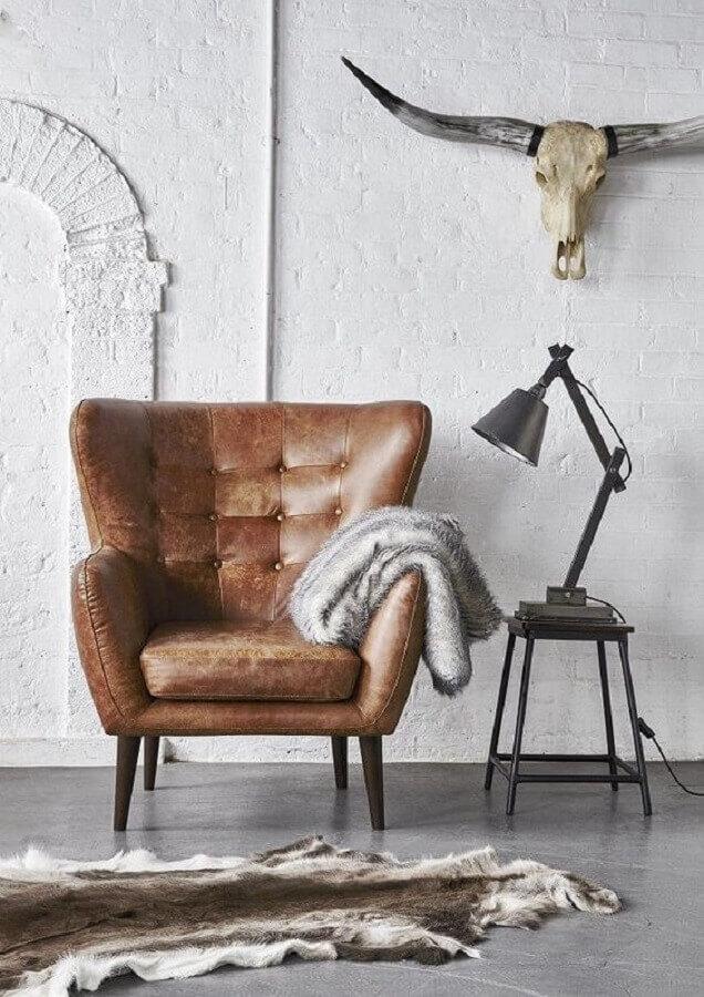 poltrona de couro marrom para sala decorada com parede rústica branca Foto Love Wrendley