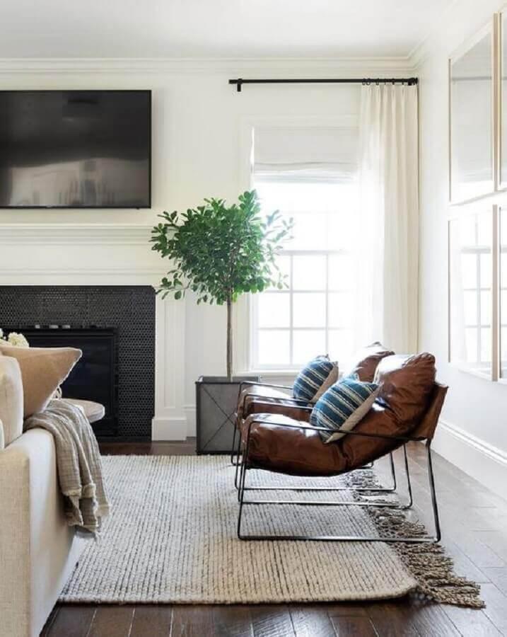 poltrona de couro moderna para sala decorada em cores neutras Foto McGee & Co.