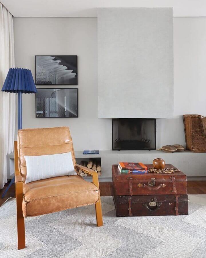 poltrona de couro para leitura em sala moderna decorada em cinza claro Foto Mandril Arquitetura e Design