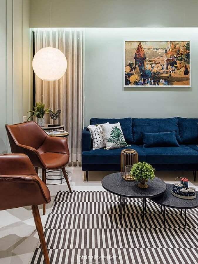 poltrona de couro para sala de estar decorada com sofá azul escuro Foto Horchow