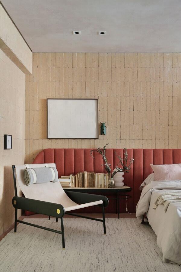 poltrona de leitura moderna para quarto grande decorado com cabeceira estofada Foto Casa de Valentina