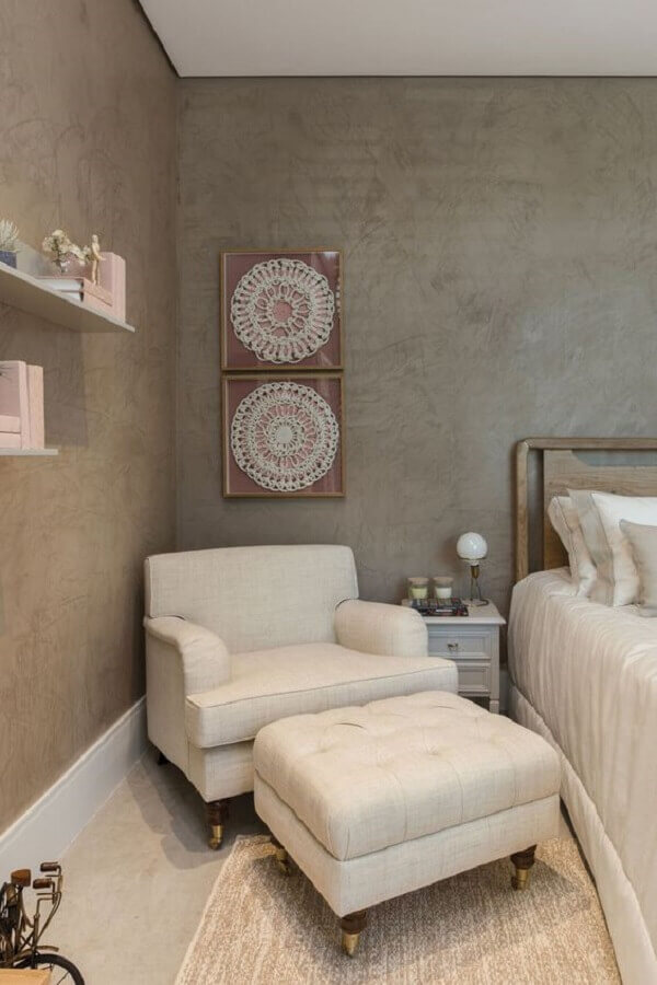 poltrona de leitura para quarto decorado em cores neutras Foto Quartos Etc
