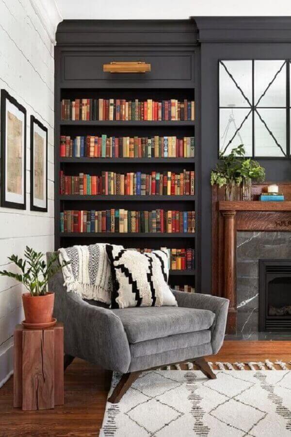 poltrona de leitura para sala clássica decorada com estante planejada preta Foto Apartment Theory
