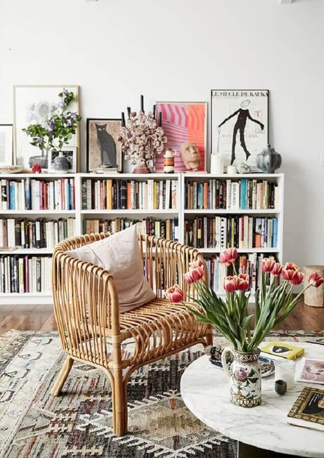 poltrona de leitura para sala simples decorada com estante baixa para livros Foto Lonny Magazine