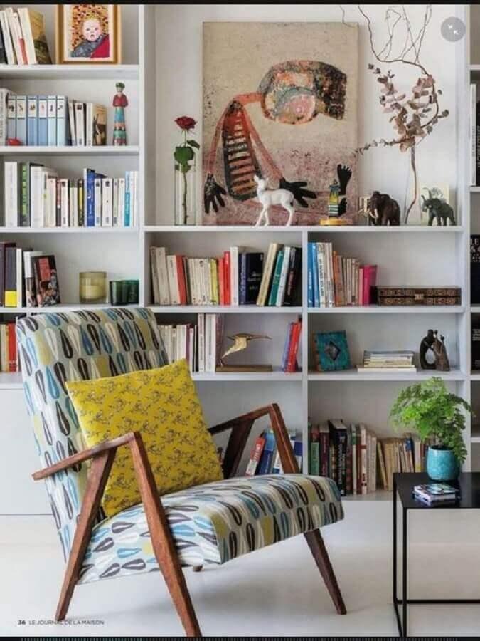poltrona para leitura estampada para sala com estante de livros Foto Ariyona Interior
