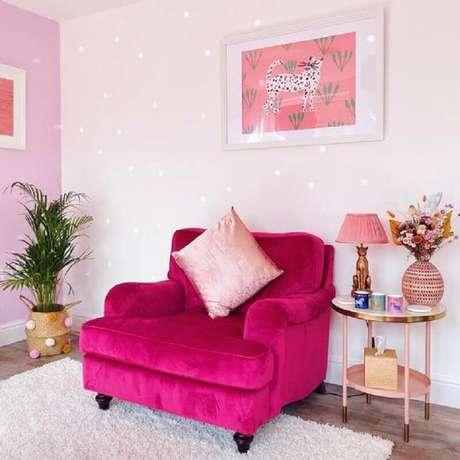 Poltrona rosa pink na sala rosa