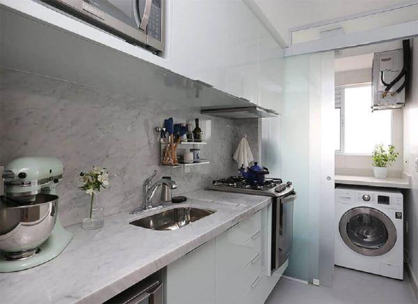 Cozinha com lavanderia separada por porta de correr