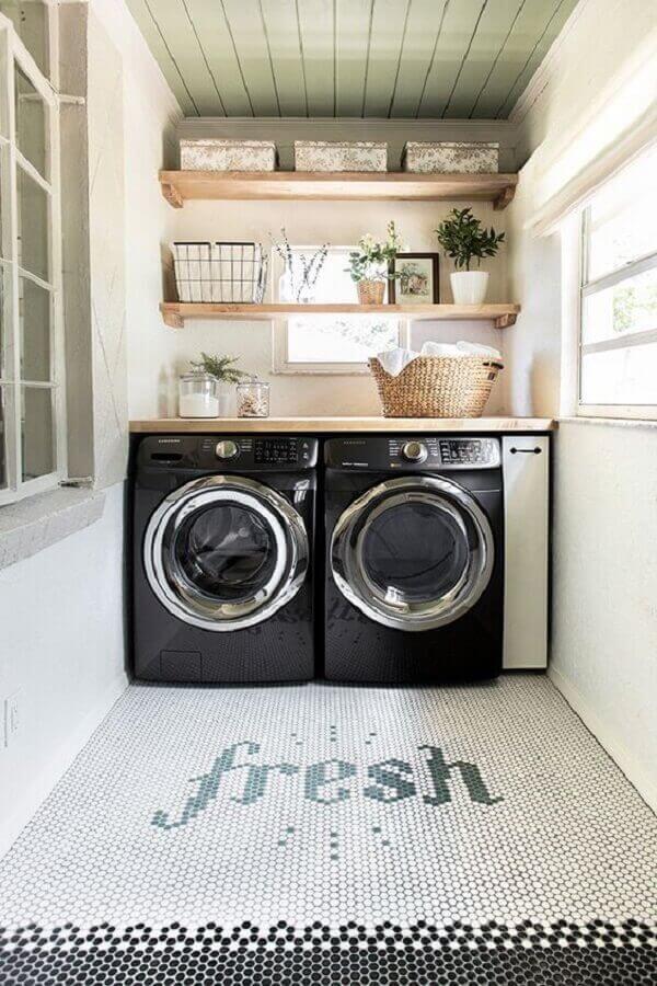 Lavanderia planejada com prateleiras e máquinas modernas