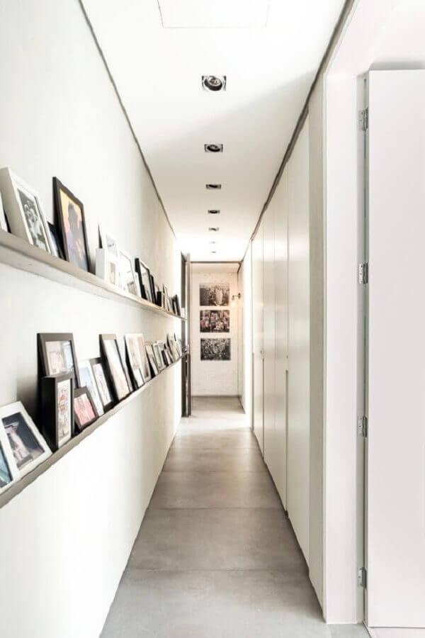 prateleiras estreitas para apoiar quadros para corredor branco Foto Pinterest