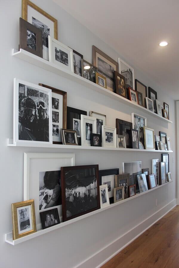 prateleiras para decoração com quadros para corredor  Foto Conexão Décor