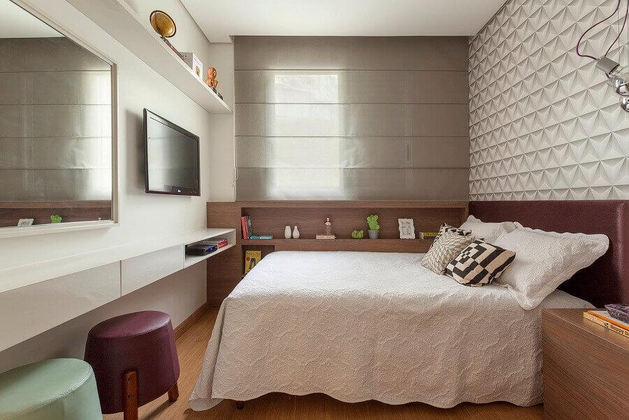 puff colorido para quarto planejado com papel de parede 3D Foto AMIS Arquitetura & Design