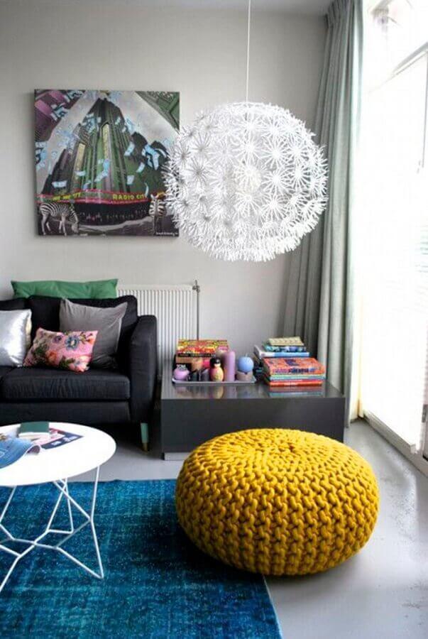 puff colorido para sala cinza moderna decorada com tapete azul Foto Decor e Salteado
