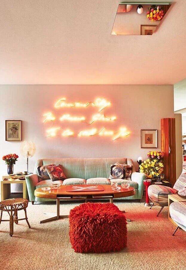 puff colorido para sala de estar decorada com luminária neon Foto Decorholic