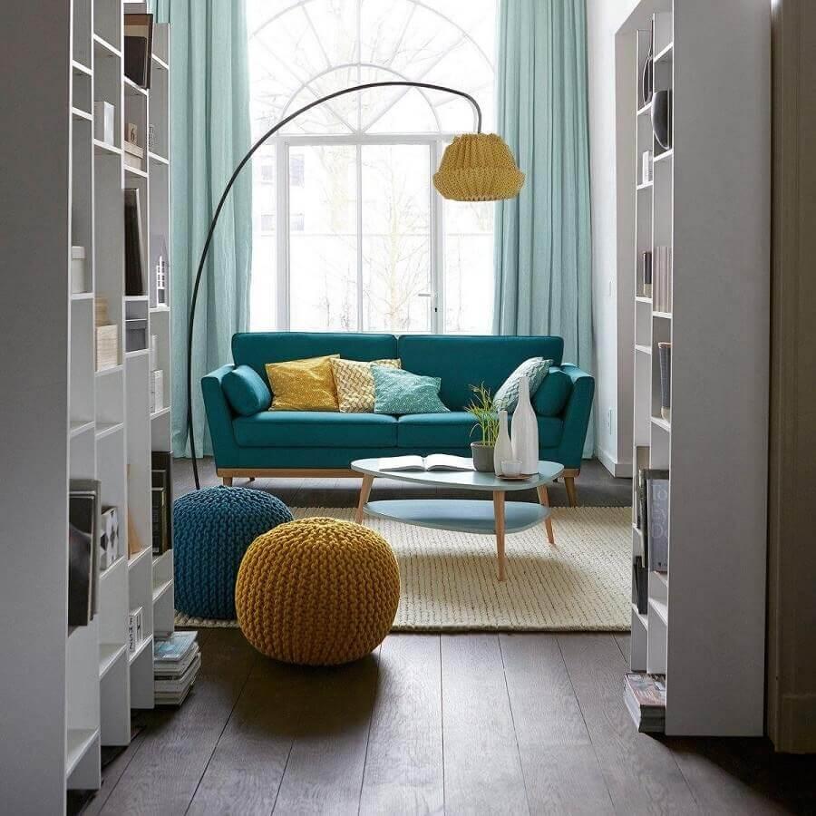 puff colorido para sala de estar decorada com tapete de crochê Foto habitíssimo