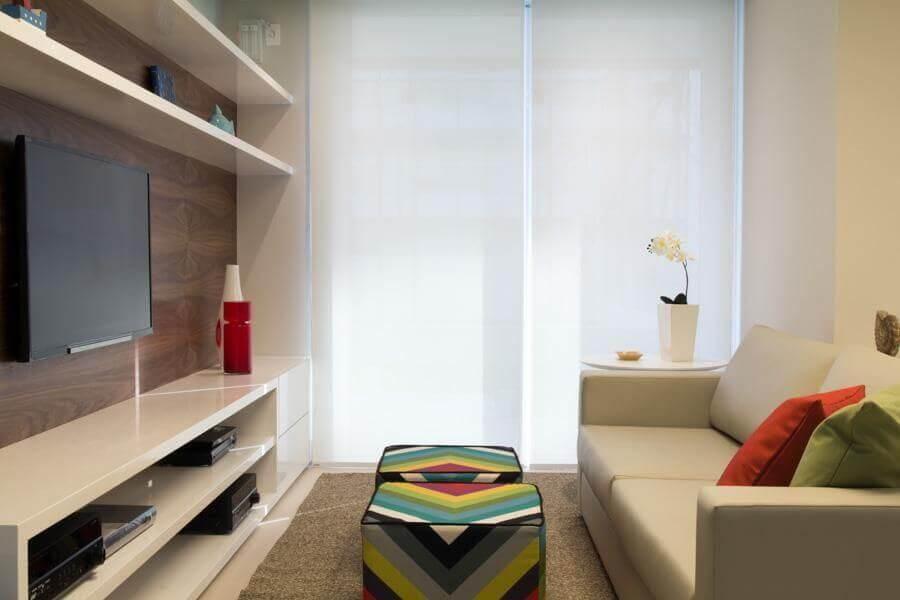puff colorido para sala decorada em cores claras e neutras Foto Marília Veiga