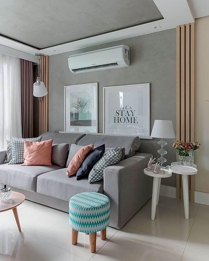 puff colorido para sala pequena decorada em cinza claro Foto Pinterest