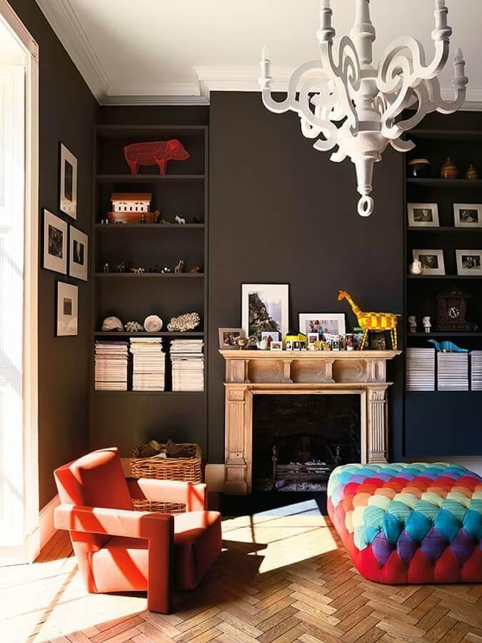 puff colorido para sala preta decorada com poltrona laranja Foto Larissa Carbone Arquitetura