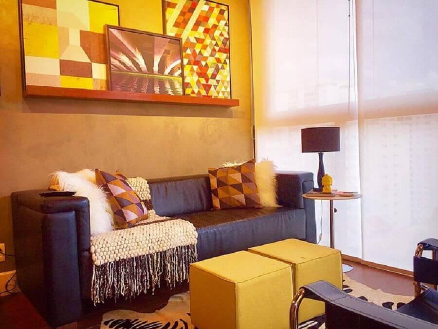puff colorido quadrado para sala simples decorada com sofá marrom escuro Foto Andreas Móveis