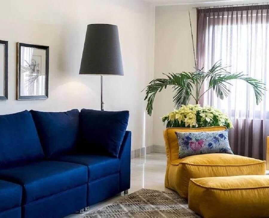 puff fofão colorido para sala de estar decorada com sofá azul escuro Foto Pinterest