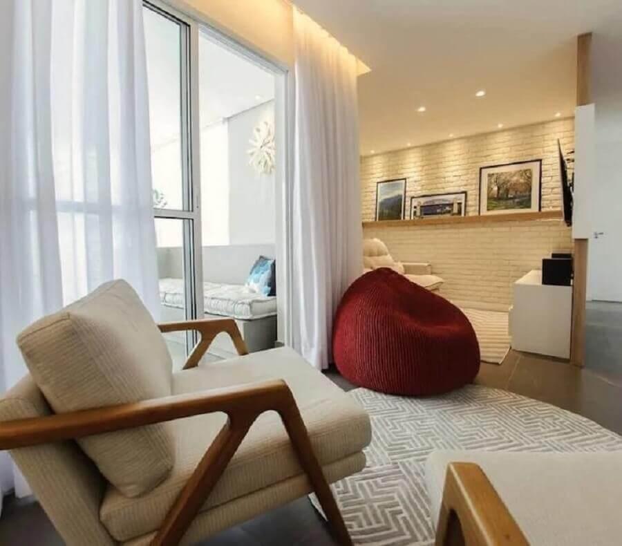 puff fofão colorido para sala decorada em cores neutras Foto Goup Arquitetura