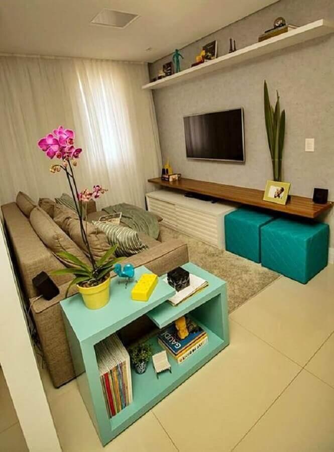 puff quadrado colorido para sala pequena decorada em cores neutras Foto Simples Decoração