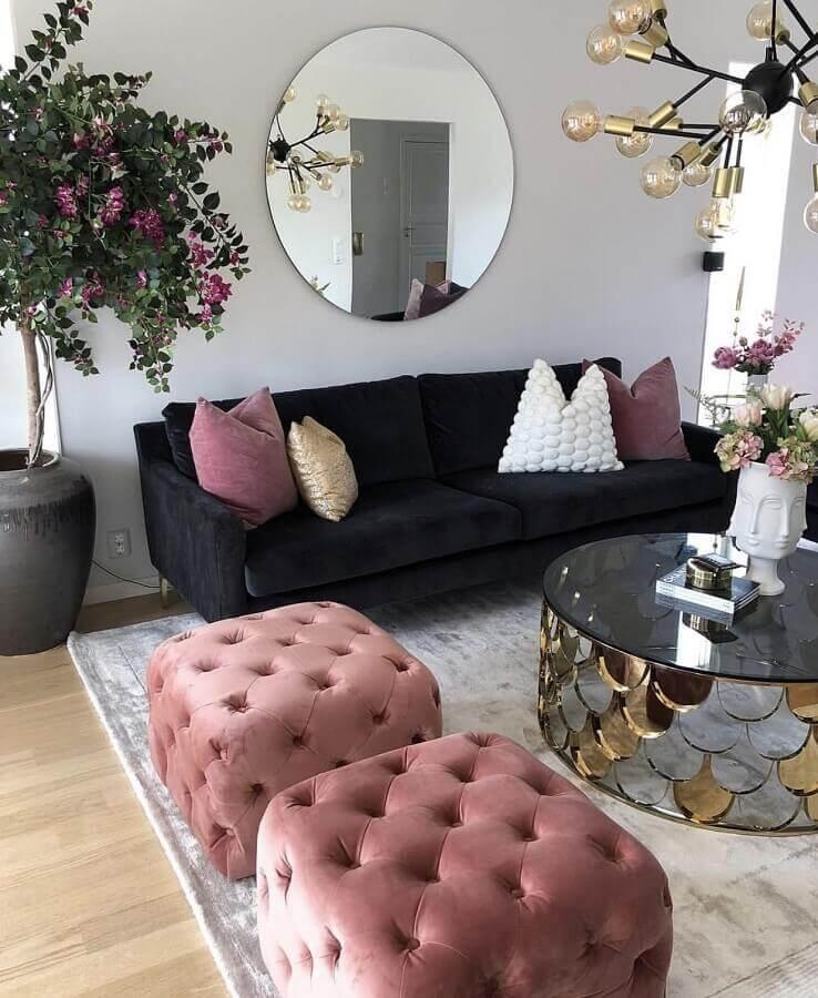 puff quadrado colorido para sala sofisticada decorada com mesa de centro espelhada Foto Dizzy Home