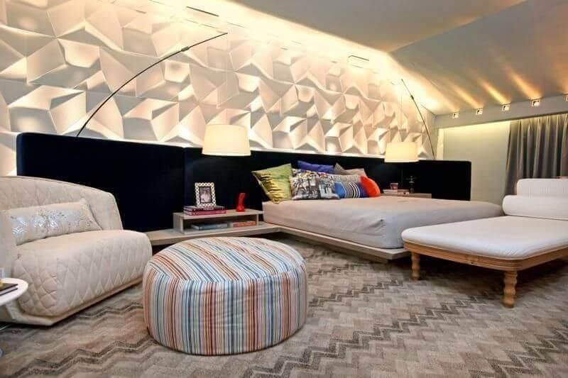puff redondo colorido para quarto moderno decorado com revestimento 3D Foto Jeito de Casa