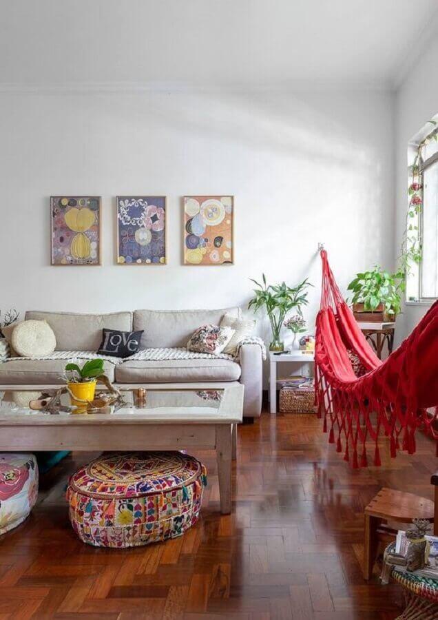 puff redondo colorido para sala de estar simples decorada com rede vermelha Foto Histórias de Casa