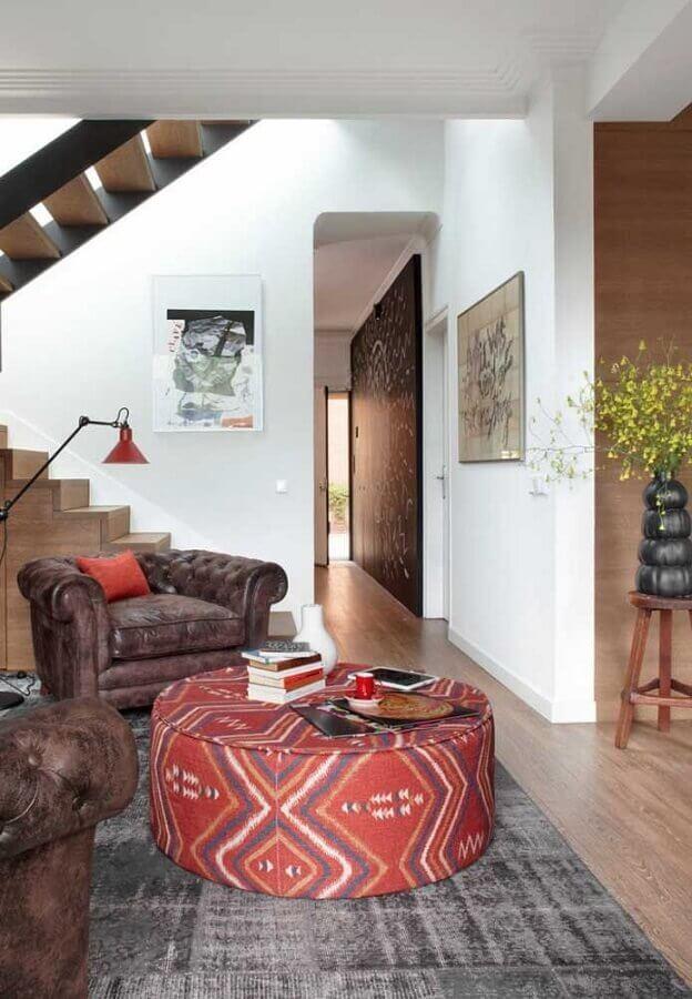puff redondo colorido para sala decorada com poltrona de couro rústica Foto Ideias Decor