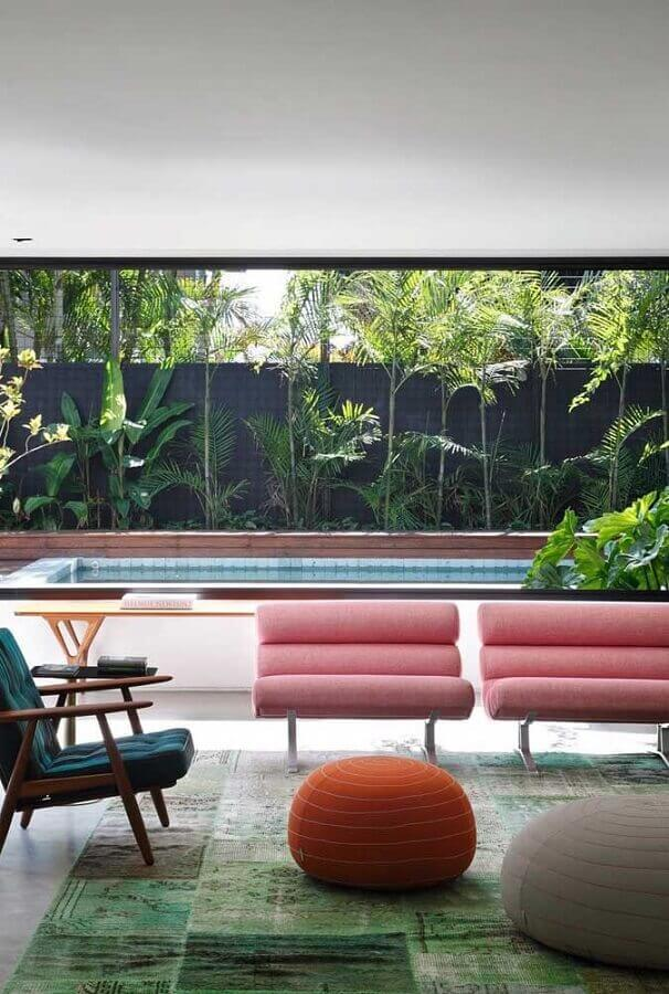 puff redondo colorido para varanda ampla decorada com poltronas modernas Foto Pinterest