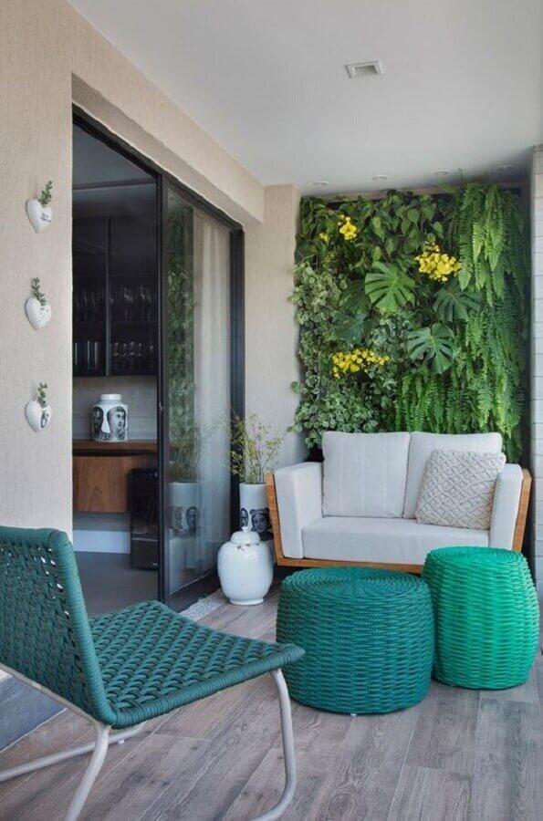 puff redondo colorido para varanda decorada com jardim vertical Foto Histórias de Casa