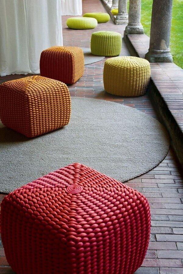 puffs coloridos para decoração de varanda Foto Puff no mix