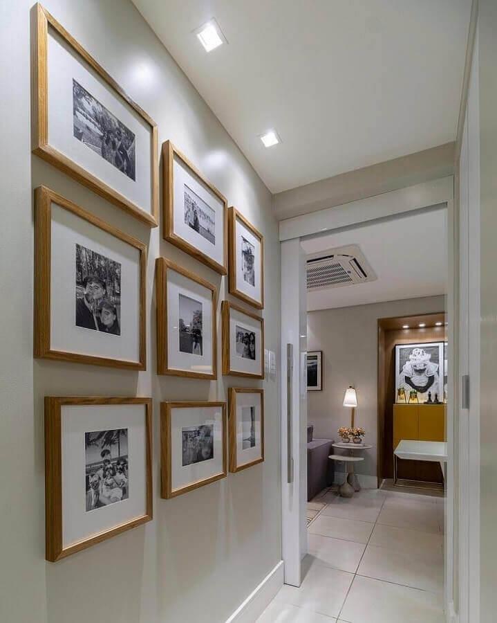 quadro para corredor de apartamento com moldura de madeira  Foto Ecoa Arquitetura