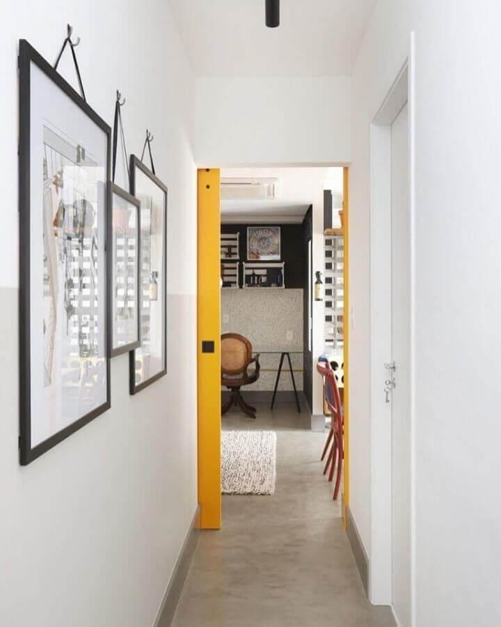 quadros decorativos para corredor branco decorado com porta amarela Foto Inside Arquitetura
