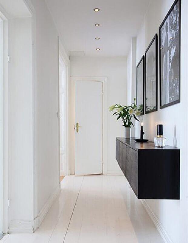 quadros decorativos para corredor minimalista todo branco decorado com aparador suspenso Foto Art Maison