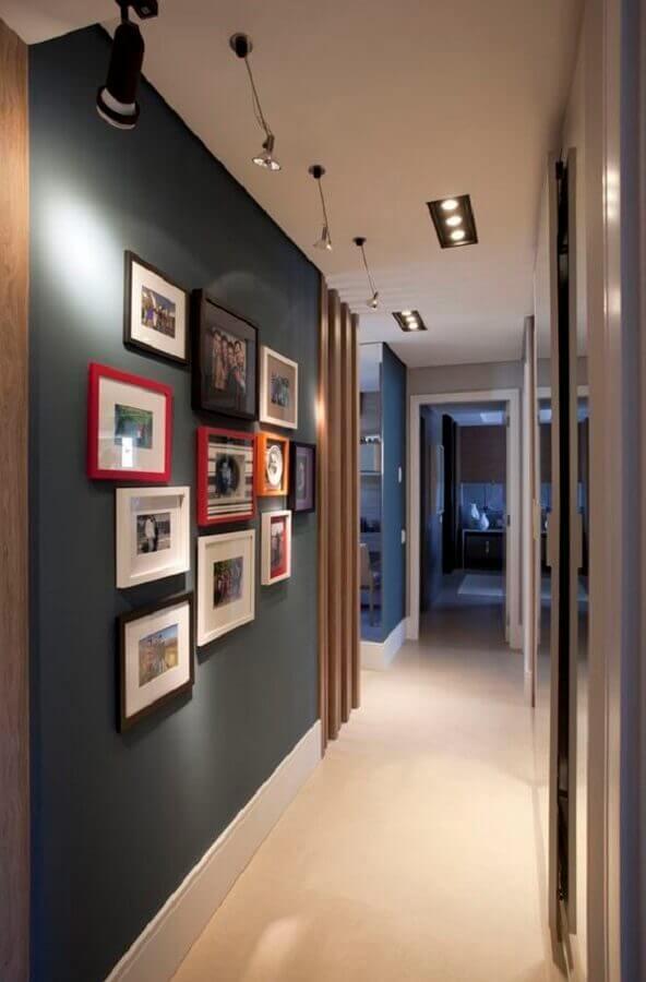 quadros decorativos para corredor moderno decorado com paredes cinza  Foto Style at Home