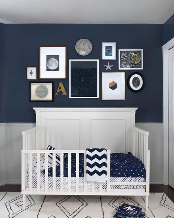 quadros diferentes para decoração quarto de bebê masculino azul e branco Foto Decoist