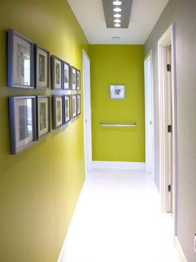 quadros para corredor com paredes pintadas de verde e branco Foto Pinterest