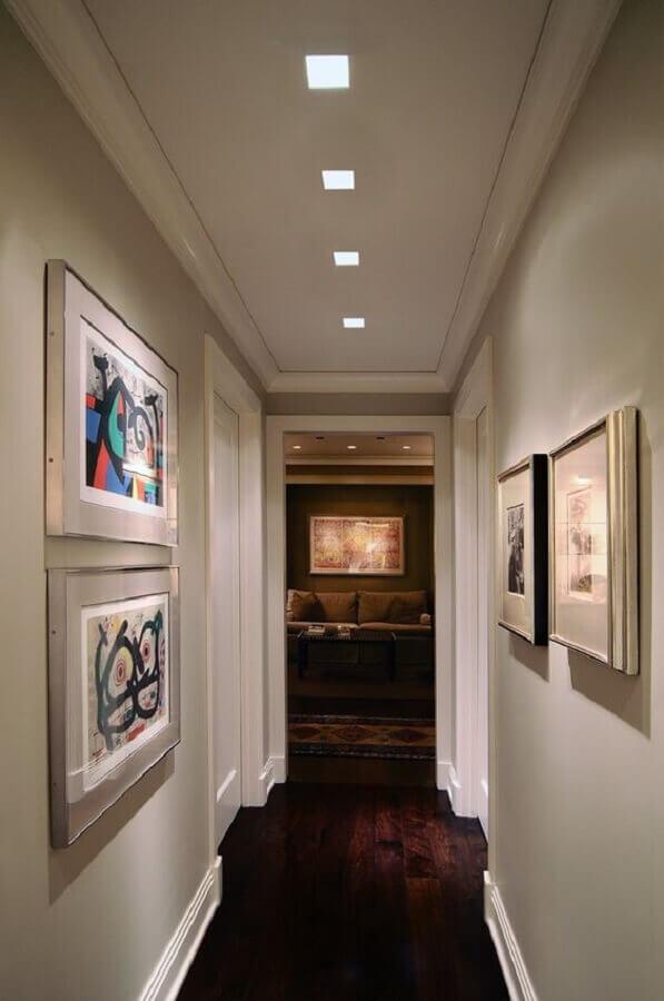 quadros para corredor de apartamento decorado com piso de madeira  Foto Pinterest