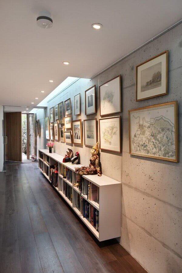 quadros para corredor decorado com estante de livros  Foto Houzz