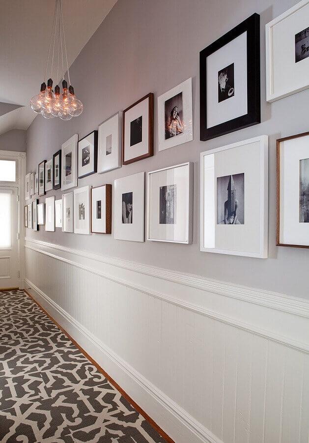 quadros para corredor decorado com moldura de parede  Foto Conexão Décor
