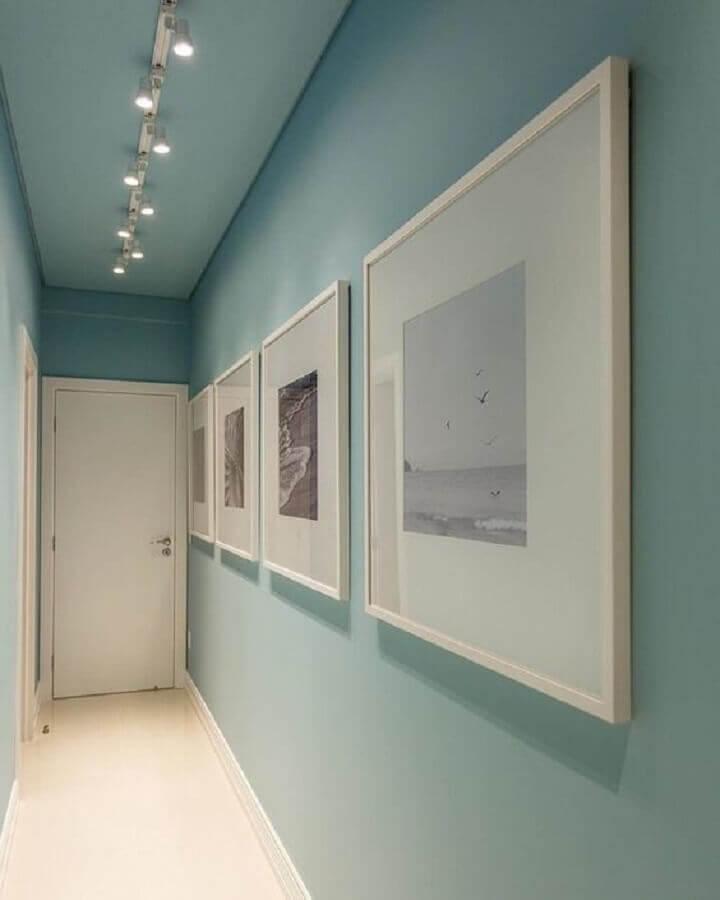 quadros para corredor estreito decorado com paredes azul pastel  Foto Jeito de Casa
