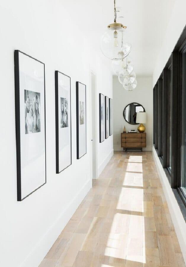 quadros para corredor minimalista decorado com espelho redondo Foto Architectural Digest
